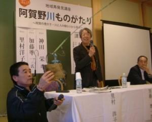 かぎの先に鮭が触れる感覚を絶妙に再現する加藤さん(一番左)