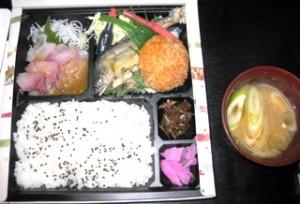 上段左から、鯉のアライ、鮎の塩焼き、三川豆腐の豆腐コロッケ、下段右はメダカの佃煮。川ガニ汁。