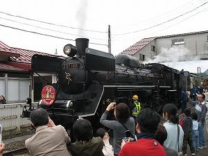 津川駅停車中のSL。みんなの人気者!