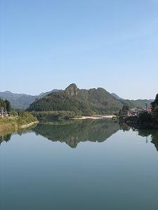 流れが穏やかだと、阿賀野川がまるで鏡のよう!