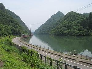 川と山…まるで水墨画のよう!