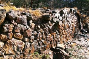 草倉銅山跡に残る採鉱事務所の石垣跡。閉山から100年経った今も草は生えていない。
