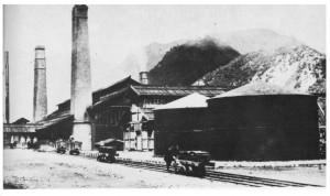草倉銅山の角神製錬所(明治後期撮影)。煙突からは黒煙がもうもうと出ていた。