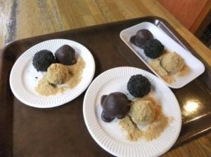 茹でたてホヤホヤの団子に、小豆餡、きな粉、黒ゴマをまぶして完成です!