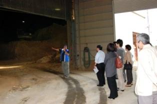 「窯業と酪農を巡るツアー」の一コマ!写真は丸三安田瓦工業(株)にて☆