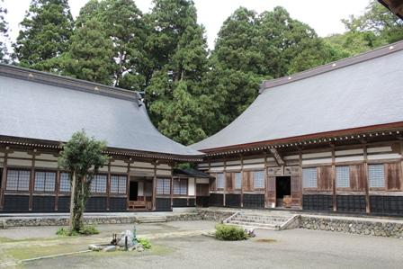 左は坐禅堂衆寮、右は本堂