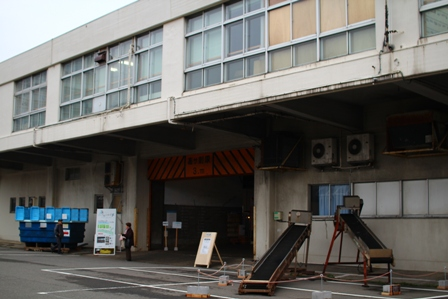 メイン会場「万代島旧水揚場」出入口☆
