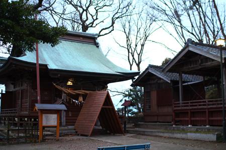 中腹・稲荷神社と舞殿