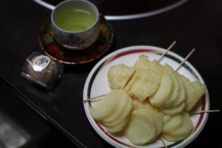ダイコンの酢漬けと茶菓子