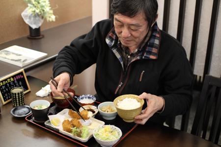 カキフライ定食を食べる波多野さん@旬彩まる田