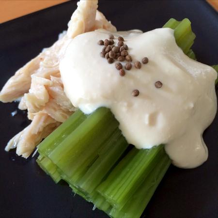 あざみと塩糀蒸し鶏の山葵豆腐ソース