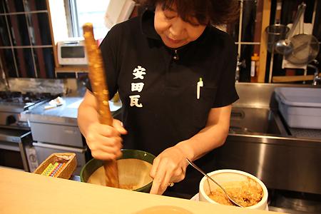 冷し汁をつくる遠藤秋子さん