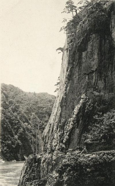 1-3小花地の本尊岩(柏崎)