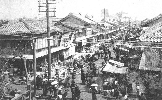 本町通六番町の市場(写真アルバム新潟市の120年)(WEB用)